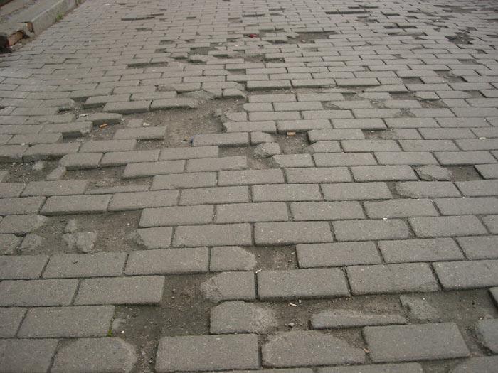 Процесс разрушения тротуарной плитки