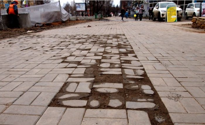Разрушение тротуарной плитки